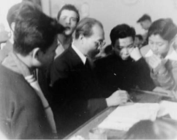 1953. AUTOUR DU MAÎTRE NAM SON. PHOTO DE RODOLPHE CAPDEVILLE TRANSMISE PAR LE PR.DINH TRONG HIEU, ANCIEN ELEVE DE SECONDE, LYCEE ALBERT SARRAUT. LA DERNIERE ANNEE AVANT DIEN BIEN PHU et L'EXODE VERS LE SUD. NAM SON N'A JAMAIS QUITTE HANOI SA TERRE NATALE.