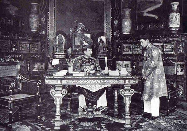 L'EMPEREUR KHAI DINH à SON BUREAU