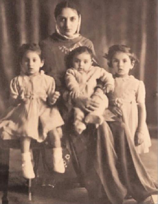1943 AMARINDER SINGH (11 Mars 1942), avec la Maharani, et ses soeurs aînées Heminder Kaur (1er Juin1939) et Rupinder Kumari (12 Déc. 1940) .  .........................C* Album privé de S.A.R. Maharajah Amarinder Singh.
