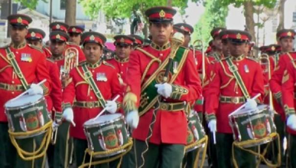Crée en 1974.Orchestre de l'Armée Royale Omanaise composé de cornemuses et tambours.  Lieutenant Colonel M. Al Mahrouk.
