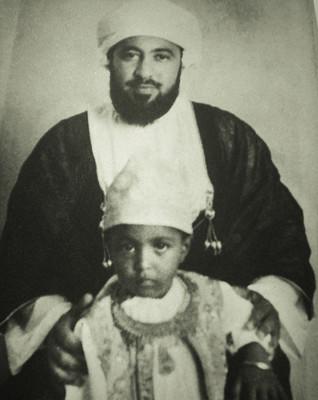 A gauche Sultan Qaboos né en 1940. Ici avec son père le Sultan Said III ibn Taimur (1910-1972).