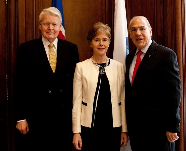 2013. S. E. Mme BERGLIND ASGEIRSDOTTIR ENTRE LE PRESIDENT ISLANDAIS ET LE DIRECTEUR DE L'OCDE, Mr. ANGUEL GURRIA