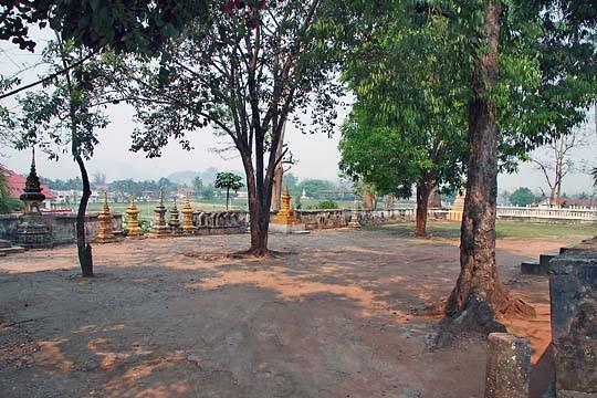 Sur cet esplanade eurent lieu, autrefois, les cérémonies royales de crémation. Les Stupas contiennent les cendres des rois et membres de la Famille Royale.
