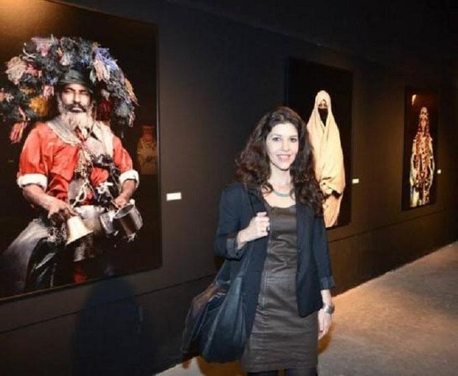 LEILA ALAOUI DEVANT SES OEUVRES EXPOSEES à LA FUNDACION BEN et YANNICK JAKOBER.