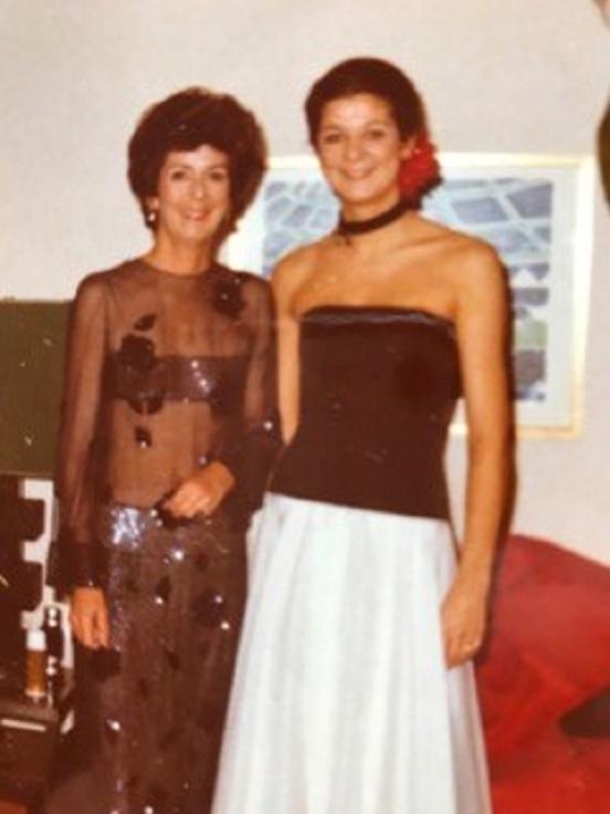 1979. LE BEBE DE 14 MOIS A BIEN GRANDI. A dte SA MAMAN LORRAINE. TOUTES 2 PRÊTES POUR  LE BAL  DONNE  à SAINTE MESME PAR ROBERT DE BALKANY  EN L'HONNEUR DE SES FILLES ALEXANDRA et MARINA. C* Catherine BONNET