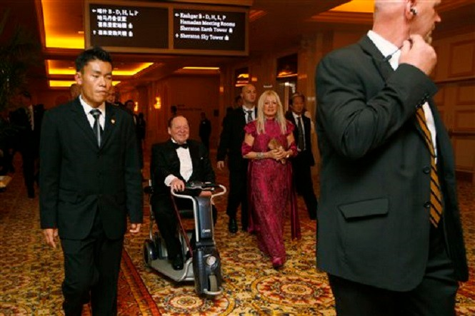 MACAO. 2012.  APRES SINGAPORE NOUS ETIONS OBLIGES DE NOUS ENTOURER DE 12 BODY GUARDS à CHAQUE RECEPTION. ! QUEL INTÊRET D'ÊTRE RICHE SANS LIBERTE ET DE DEPENDRE DES AUTRES POUR NOTRE SECURITE ET .....SURVIE ?