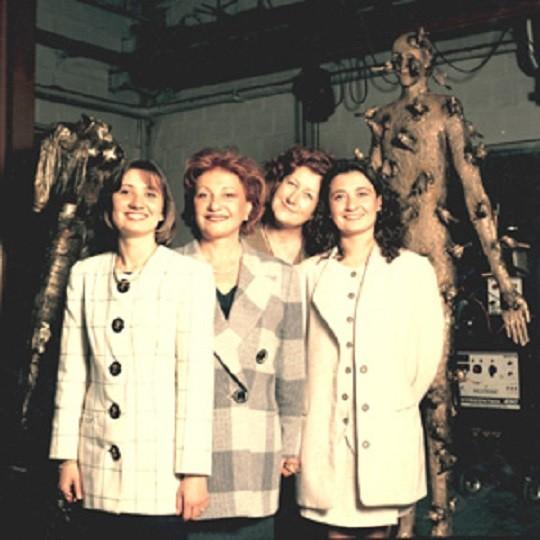 GIANPAOLO VENTURI MEURT EN 1979, SA VEUVE GABRIELLA REPREND LES RÊNES DE LA FONDERIE, EPAULEE PAR SA SOEUR TIZIANA. REJOINTES BIENTÔT PAR ROBERTA  ET GIOVANNA. QUATRE FEMMES à VEILLER SUR LES BRONZES DES PLUS GRANDS ARTISTES DU MONDE.