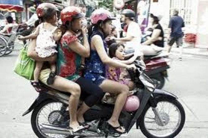 HANOI'S STREETS........De quoi faire frémir la sécurité routière occidentale.