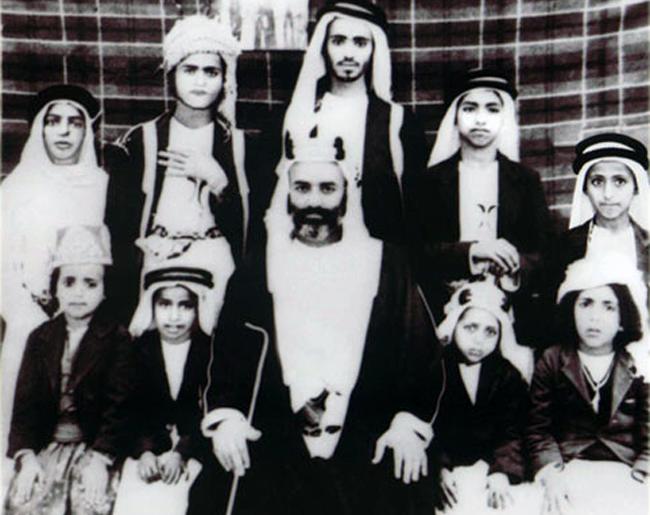 LE SHEIKH MUHAMMAD BIN SAQR AL QASIMI et SES ENFANTS. Debout à droite LES FUTURS EMIRS KHALID (assassiné le 25 Janv. 1972 par son cousin Saqr), et son jeune frère  SULTAN  Souverain de  SHARJAH depuis 1972 (extrême dte).  C* Archives UAE HISTORY