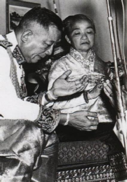 ULTIME IMAGE DE LL.MM. LE ROI SRI SAVANG VATTHANA ET LA REINE KHAMPHOUI.
