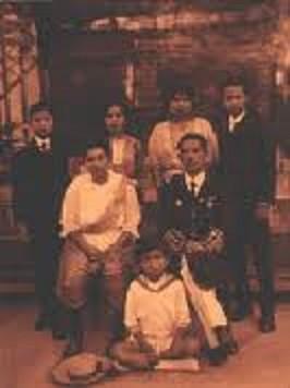 Assis. Mom Daeng BUNNAG et le Brigadier Général  Prince KHAMROB, les parents.