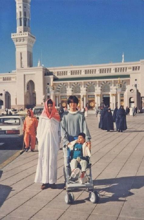 NOTRE SEJOUR EN ARABIE S. MEDINE. MOSQUEE AL-NABAWI. 1990 ? Tuanku ALI et Tuanku  'IDIN veillent sur leur jeune frère Tuanku ALEF.