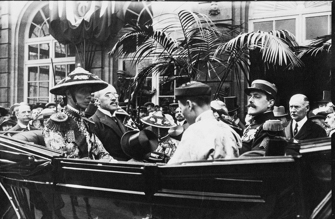 LE 22 MAI 1922, IL Y A 93 ANS, PRESQUE JOUR POUR JOUR, L'EMPEREUR KHAI-DINH, (chapeau conique), GRAND-PERE DU PRINCE PATRICK-EDOUARD,  S'APPRÊTAIT à DESCENDRE LE PRADO POUR VISITER L'EXPOSITION COLONIALE AU PARC CHANOT.