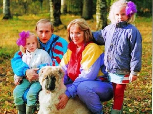 UNE PHOTO QUE J'AIME. VLADIMIR et KATIA (née en 1986), LIOUDMILA et MACHA (née en1985) avec le CHIEN.  C'était l'époque où MARRAKECH et LA MAMOUNIA étaient un rêve. Il faut toujours réaliser ses Rêves
