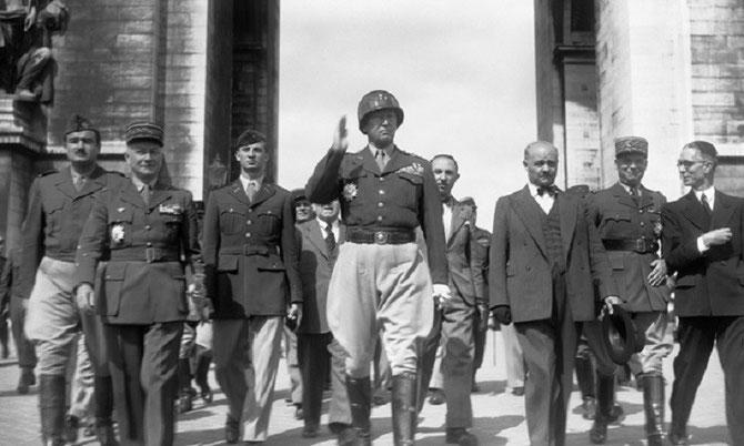 17 AOÛT 1945.PARIS. g. à dte.  Alexandre de MARENCHES (1921 +1995). Maréchal Alphonse JUIN (1888+1967), Gén. Georges S. PATTON junior (1885+1945), Gén.Paul LE GENTILHOMME (1884+1975)