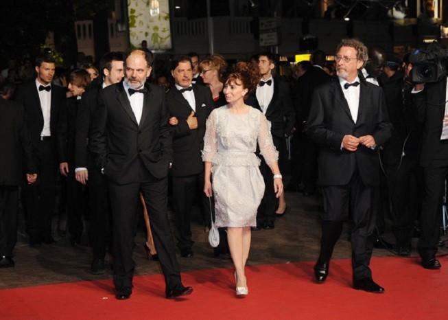 """MAI 2011. 64ème FESTIVAL DE CANNES. """"LES NEIGES DU KILIMANDJARO"""" de g. à drte. Jean-Pierre DARROUSSIN, Ariane ASCARIDE et son époux Robert GUEDIGUIAN."""