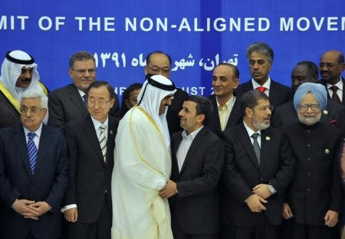 Au cours de ce 16è Sommet qui se réunit tous les 3 ans Mohammed Morsi défend le révolution syrienne et les interprètes font semblant de ne pas entendre. 30 Août 2012.