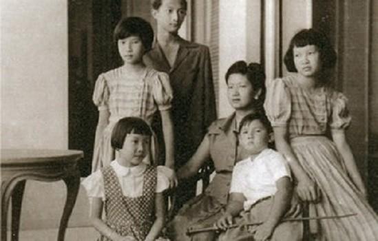 L'Impératrice Nam Phuong entourée des cinq enfants :  Prince Bao Long (1936), Princesse Phuong Mai (1937), Princesse Phuong Liên (1938), Princesse Phuong Dung (1942), Prince Bao Thang (1943). Après 1947 la famille s'installa en France pour toujours.