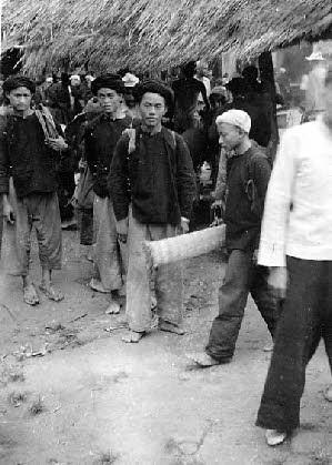 ^^^^^^^^^HOMMES TAÏ, PHOTO ASSEZ RARE. EN 1952 TOUS, HOMMES ET FEMMES ETAIENT ENCORE PIEDS NUS . ..<<<<  JEAN LAHERRERE