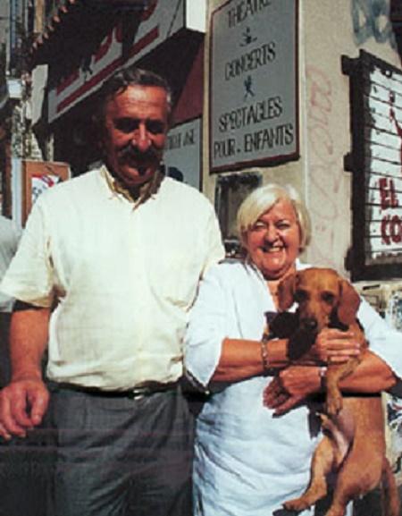 Michèle et Pierre DUMON avec le CHIEN SAUCISSE