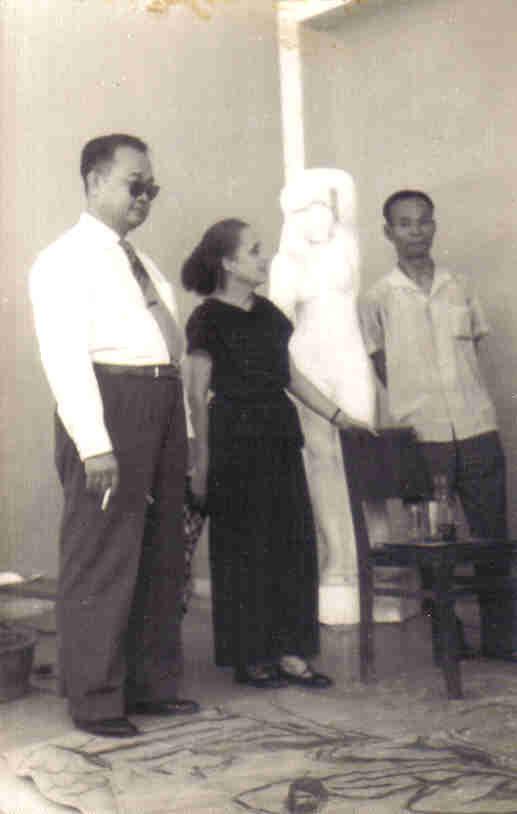 1960. g. à dte.  LE VAN DÊ,  DIRECTEUR ESBAGD (1906 +1966), MARIE BARANGER, SPECIALISTE DE FRESQUES RELIGIEUSES (1902 + 2003), PROFESSEUR NGUYÊN SAO (1915 Huê + 2006 Paris ).