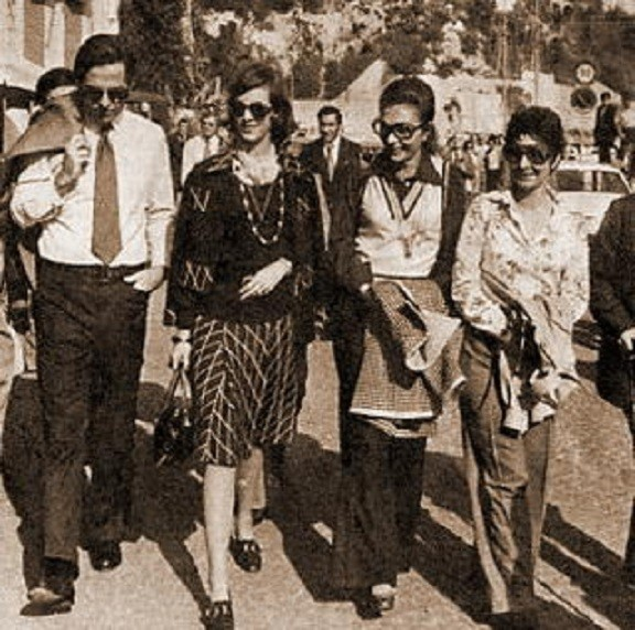 1971 NICE. g. à dte. ROI CONSTANTIN et REINE ANNE-MARIE DE GRECE, IMPERATRICE FARAH DIBA, REINE FARIDA D'EGYPTE
