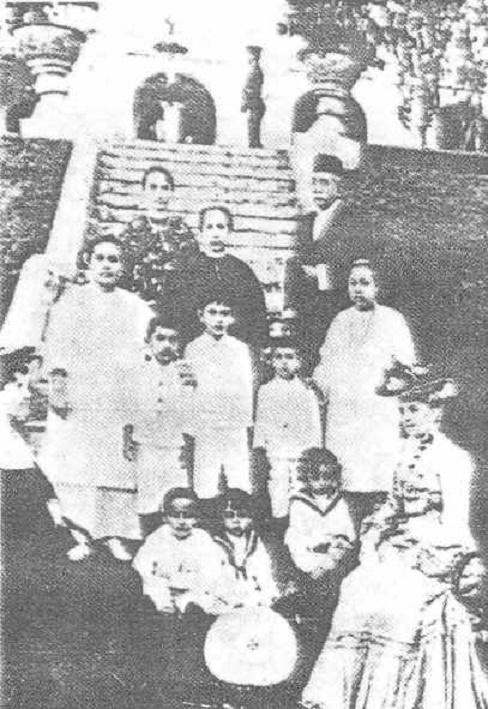 1900. JAAFAR MUHAMMAD (1838 + 3 Juillet 1919), LE PREMIER MENTERI  BESAR DE L'ETAT DE JOHOR de 1885 à sa mort en 1919. LE SULTAN ABU BAKAR A REORGANISE SON PAYS dès 1883.  ICI LE MINISTRE EN CHEF AVEC  EPOUSES,  ENFANTS et GOUVERNANTE OCCIDENTALE.