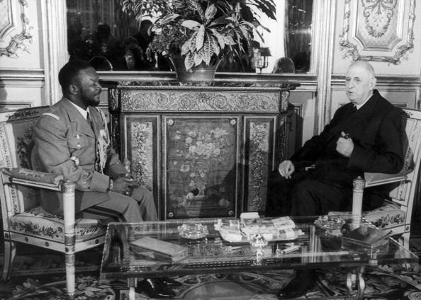 """ELYSEE. -- LE GENERAL DE GAULLE : """" MONSIEUR LE PRESIDENT JE PREFERE QUE VOUS M'APPELIEZ GENERAL AU LIEU DE PAPA """". --   BOKASSA : """" BIEN, PèRE """" !!"""