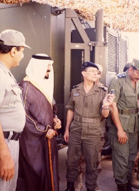 g.à dte. LE PRINCE KHALED bin SULTAN, SON PERE LE PRINCE  SULTAN et LE GENERAL ROQUEJEOFFRE.