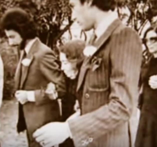 SAN FRANCISCO. DECEMBRE 1976 LA REINE NAZLI AUX OBSEQUES DE LA PRINCESSE FATHIYA. SOUTENUE PAR SES PETITS-FILS et SUIVIE PAR SA FILLE LA PRINCESSE FAIZA.