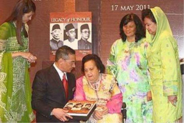 """PRESENTATION DE L'OUVRAGE """"LEGACY OF HONOUR"""", TRILOGIE DE LA FAMILLE DU MINISTRE  HISHAMMUDDIN HUSSEIN. g. à dte; Mme Marsilla épouse du Ministre Hishammuddin qui explique l'ouvrage à sa maman Mme Suhaila Mohammad Noah, l'auteur  Zaina Anwar, Mme X..;"""