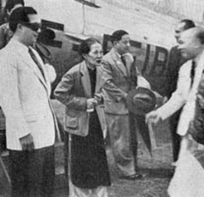 28 AVRIL 1949. RETOUR DE SA MAJESTE BAO DAI. AERODROME DE DALAT ( UNE PISTE DE TERRE ROUGE BATTUE) . ICI AVEC LA REINE MERE TU CUNG.