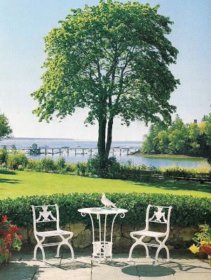 De cette terrasse le bleu du ciel et de la mer et le vert du parc se rejoignent.