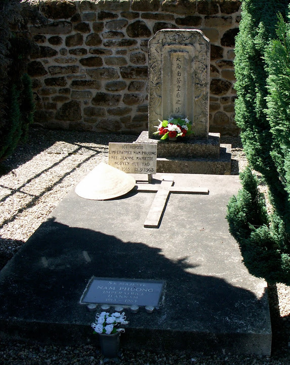 TOMBE DE SA MAJESTE NAM PHUONG au Cimetière de CHABRIGNAC en Corrèze, dans le Limousin..