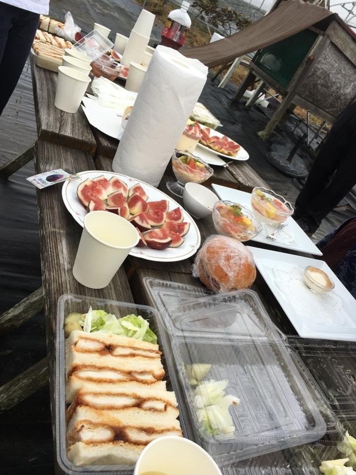 父が作ったトックブランシュ特製カツサンド(非売品)と齊藤さんちからフレッシュいちじく食べ比べ。豪華すぎる朝ごはん