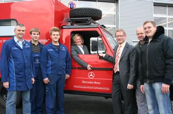 Mercedes-Benz Niederlassung OWL in Detmold mit Herrn Hege und seinen Auszubildenden (v.l.)