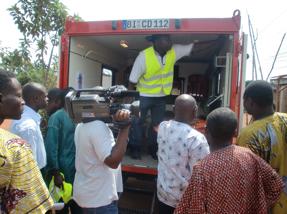 Dr. Babagbeto erläutert die medizinische Ausrüstung des BDW
