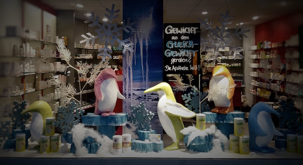 farbenfrohe Winterdekoration mit Pinguinen