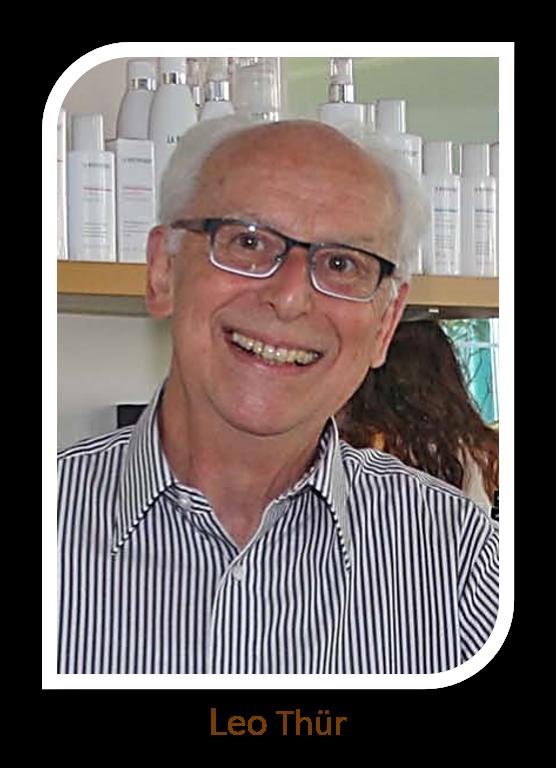 Coiffeur aus Leidenschaft – der Altmeister seines Fachs! Nach über 43 Jahren Geschäftstätigkeit hat Leo Thür seinen Salon an Sandra Bachmann übergeben. Mit einem reduzierten Pensum von 40 – 60% ist er immer noch für seine Kundschaft da.