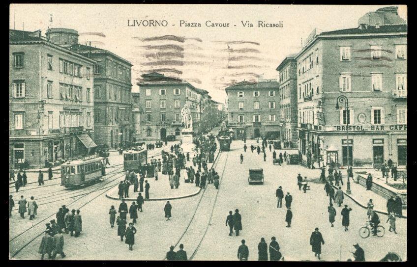 Alcuni tram in un'affollata piazza Cavour