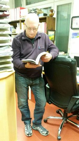 Schmökern im Bücherzimmer (Ruschestr. 103, Berlin, ehemaliges Stasigebäude)