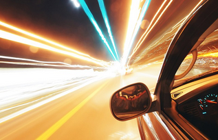 お互いにスピードが出るので高速道路内での運転は十分に気を付けたい
