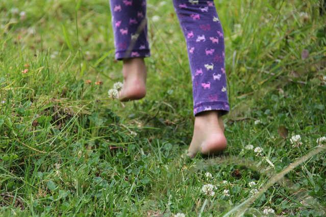 Springendes Kind - gesunder Fuß - barfuß