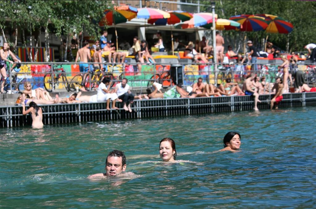 Schwimmende Personen in der Limmat