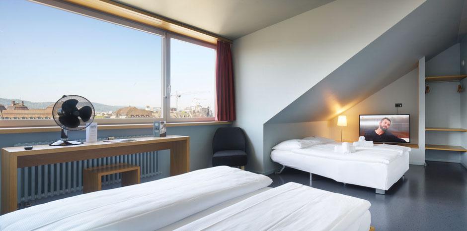 Grosses Zimmer mit vier Betten, Fernseher und Ventilator