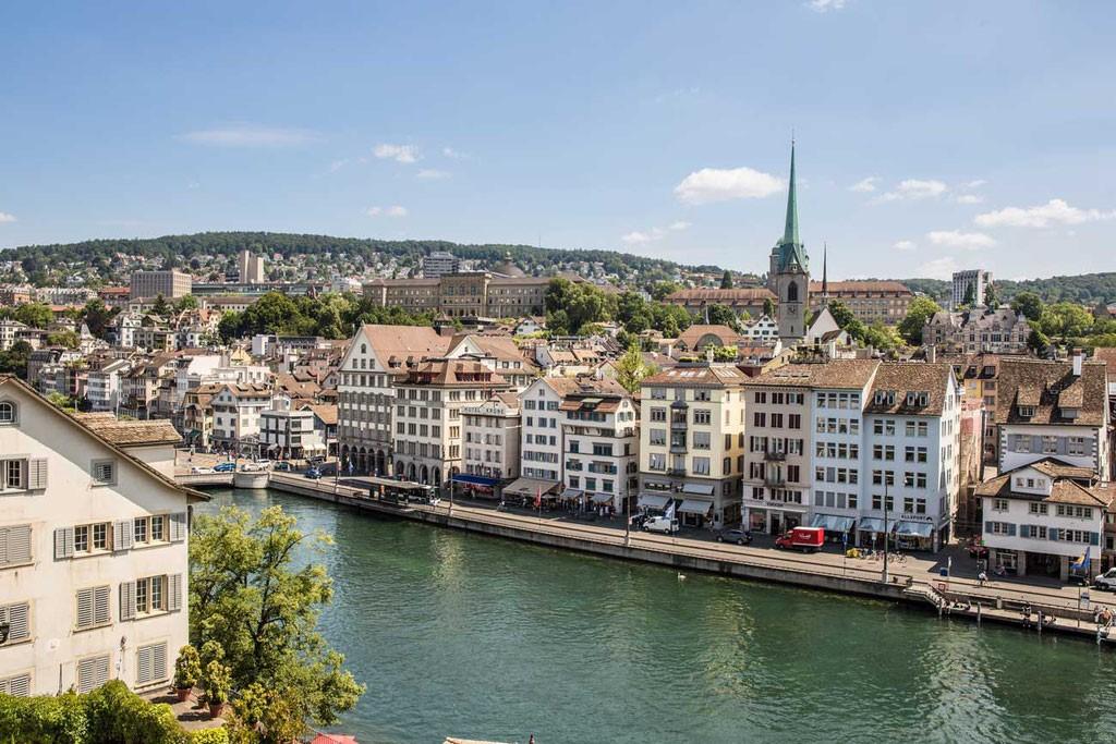 Fluss Limmat inmitten der Stadt Zürich