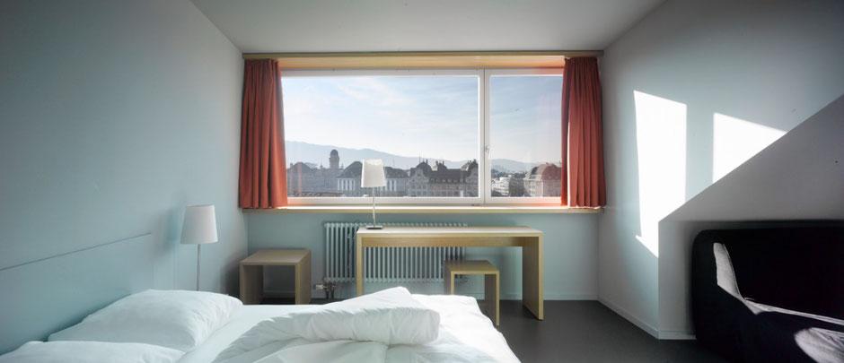 Grosses Zimmer mit Blick über die Stadt Zürich