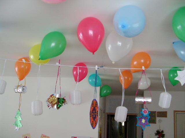 """déco de Noël avec """"ballons statiques"""" au plafond"""