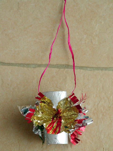 suspension de Noël en rouleau papier WC recouvert d'alluminum et fleurs en papier de papillottes