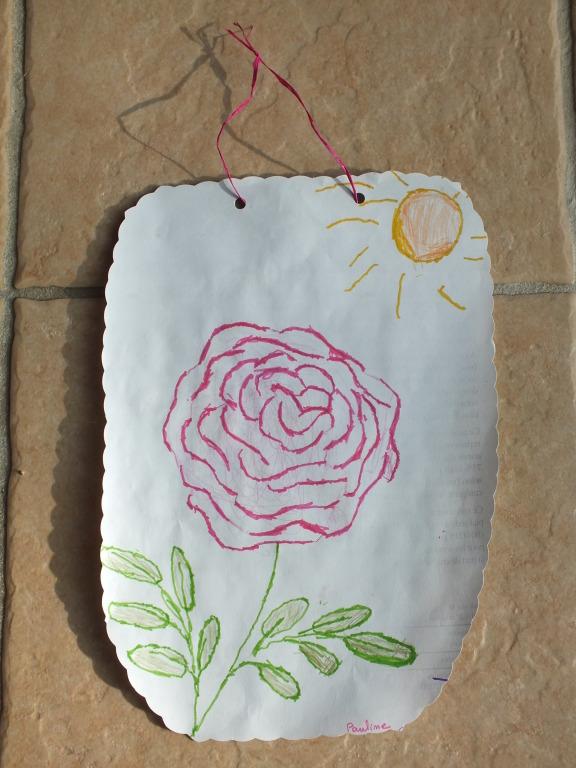 dessin d'un rose au crayon de papier par adulte, puis par l'enfant contour au feutre et coloriage au crayon de couleur